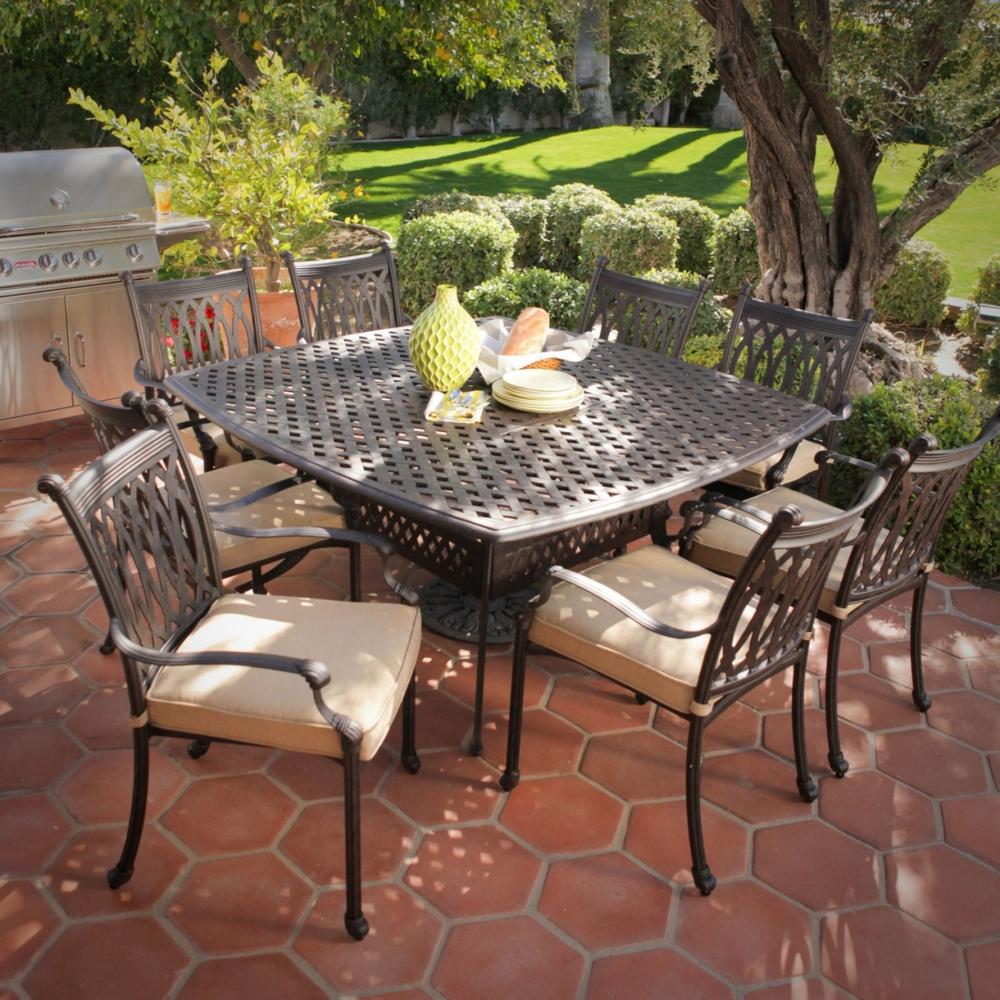 Квадратный кованый стол и стулья на участке