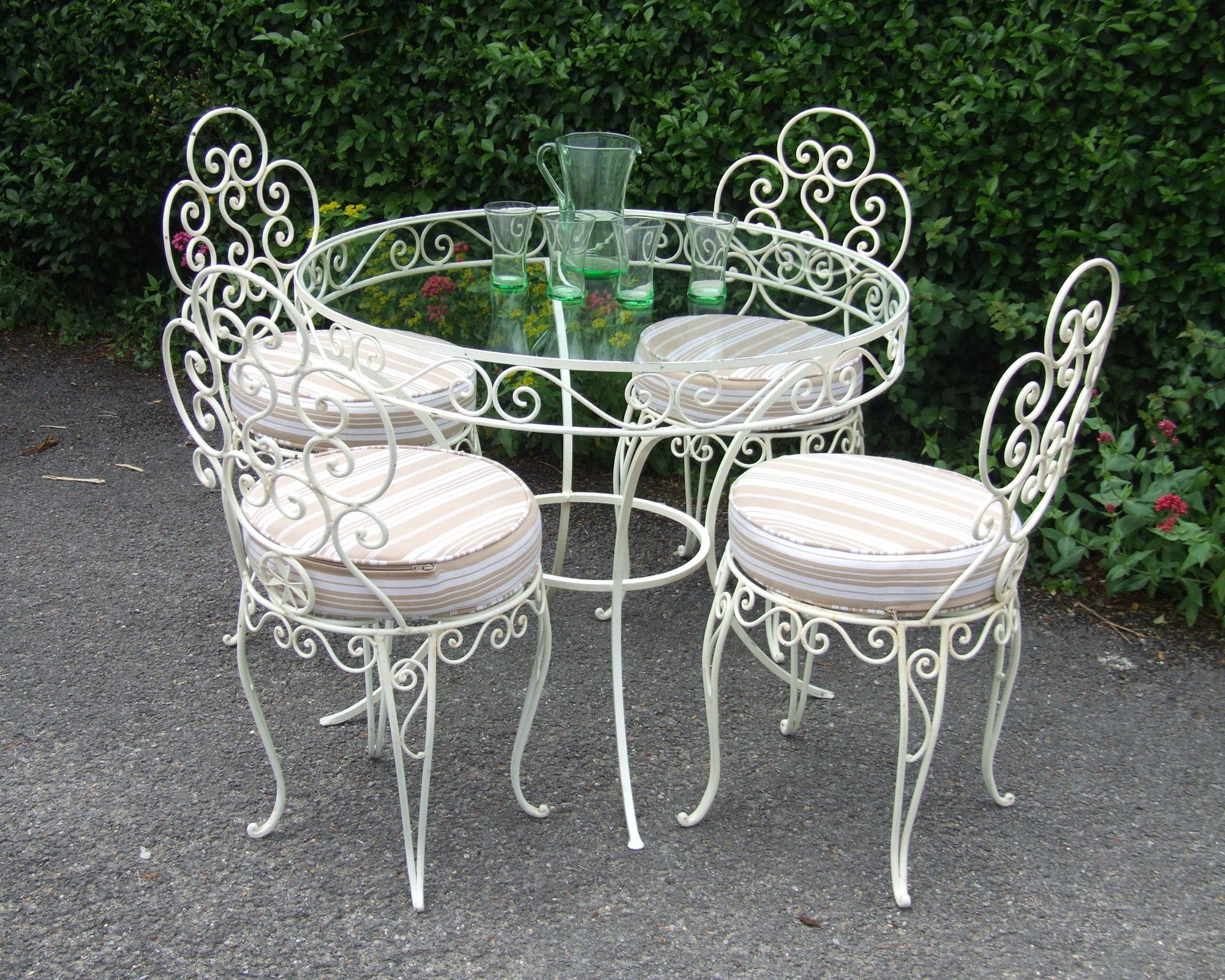 Белая кованая мебель в саду