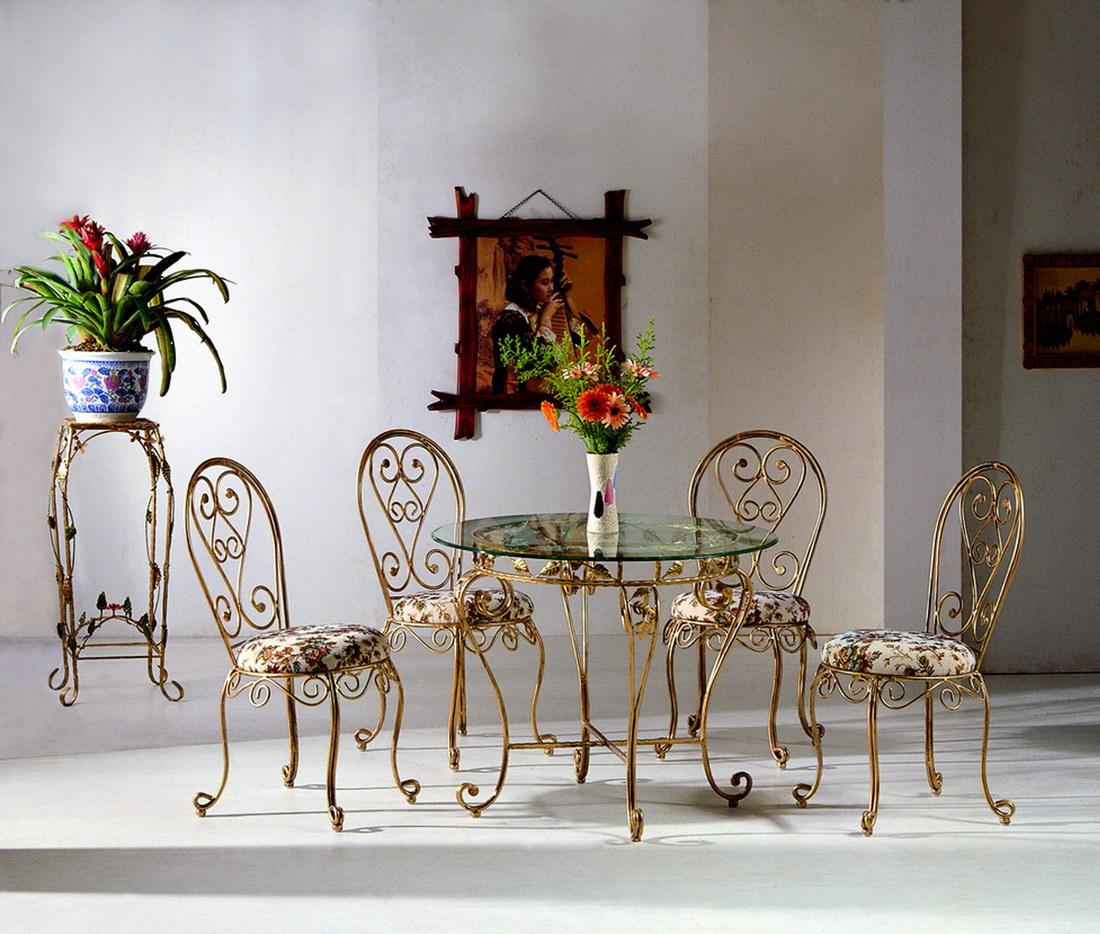 Золотистая кованая мебель в интерьере дома