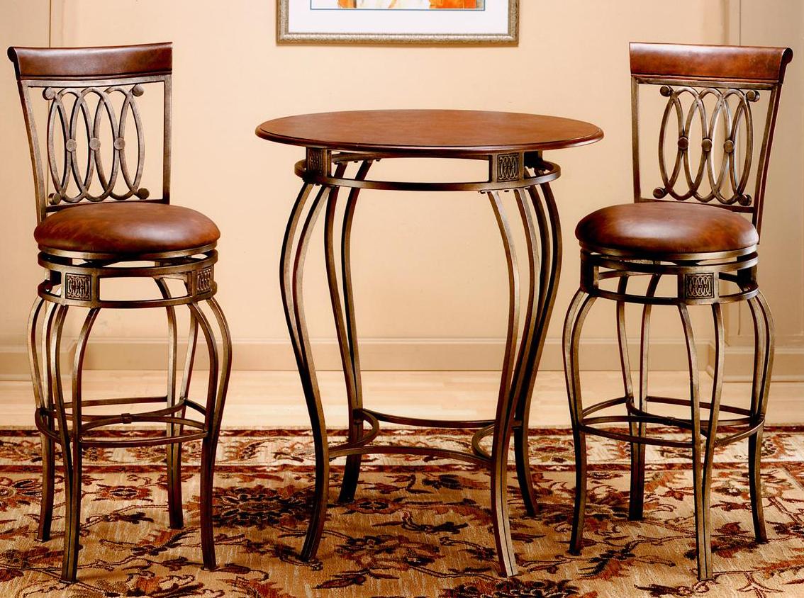 Высокий кованый стол с деревянной столешницей и барные стулья