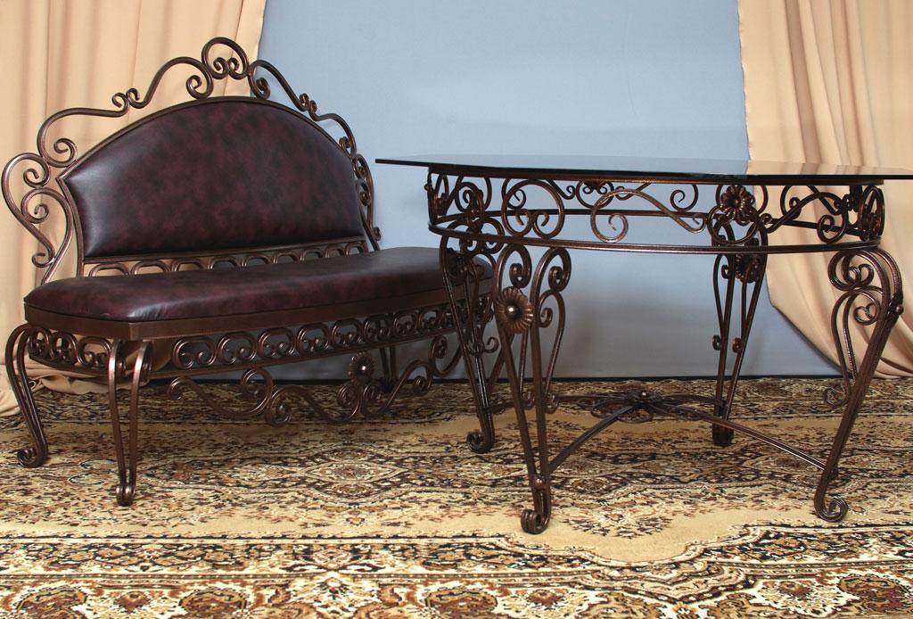 Кованый стол и скамья в интерьере