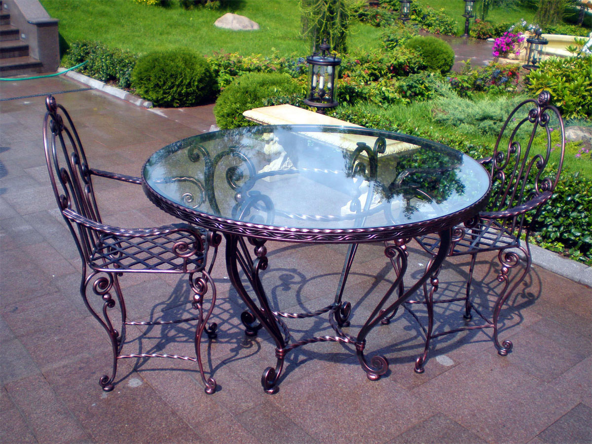 Кованый круглый стол и стулья на даче