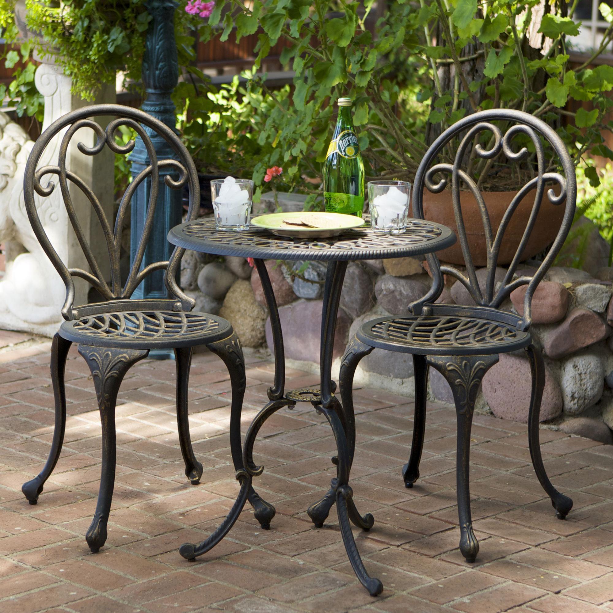 Кованый круглый стол и стулья в саду