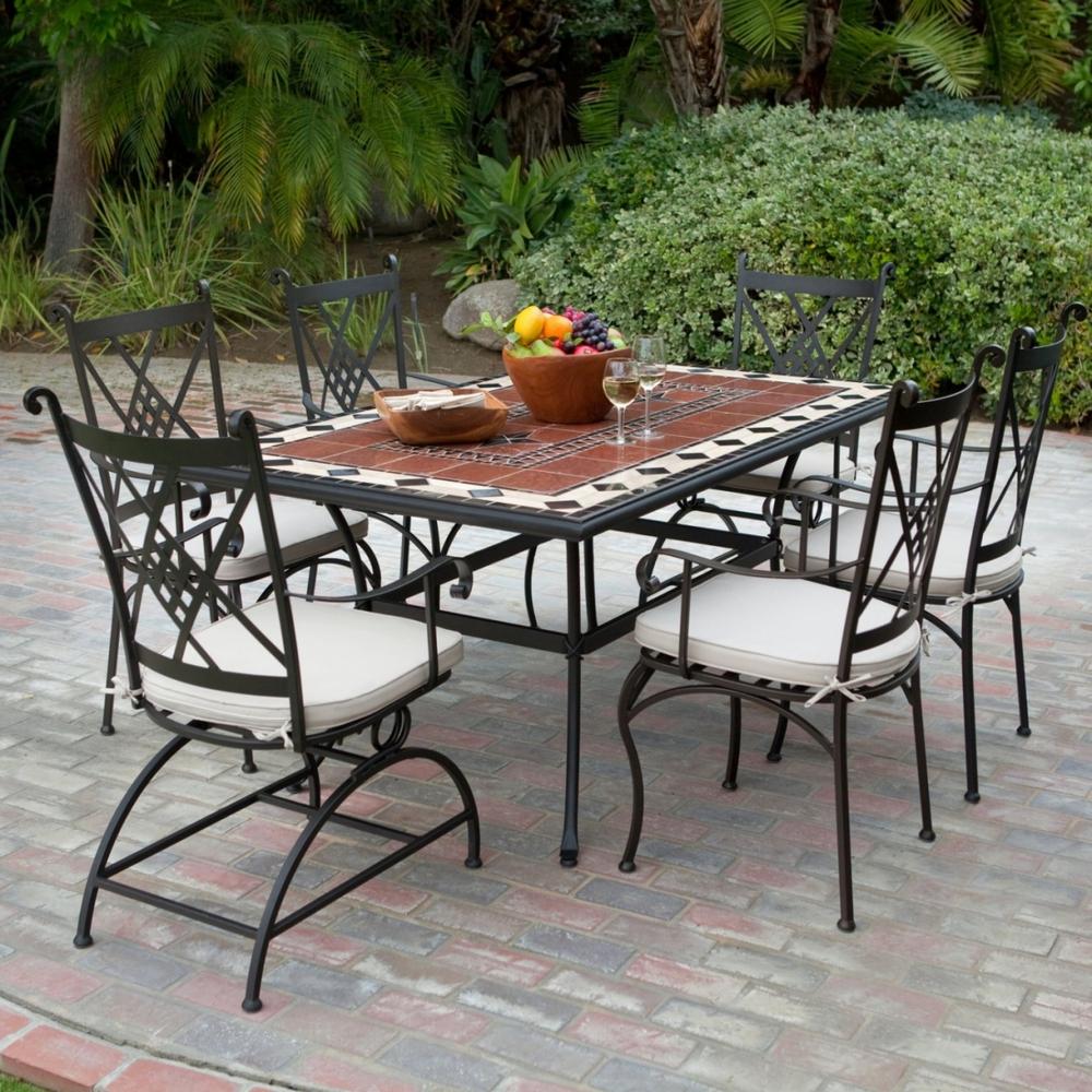 Большой кованый стол и стулья на террасе