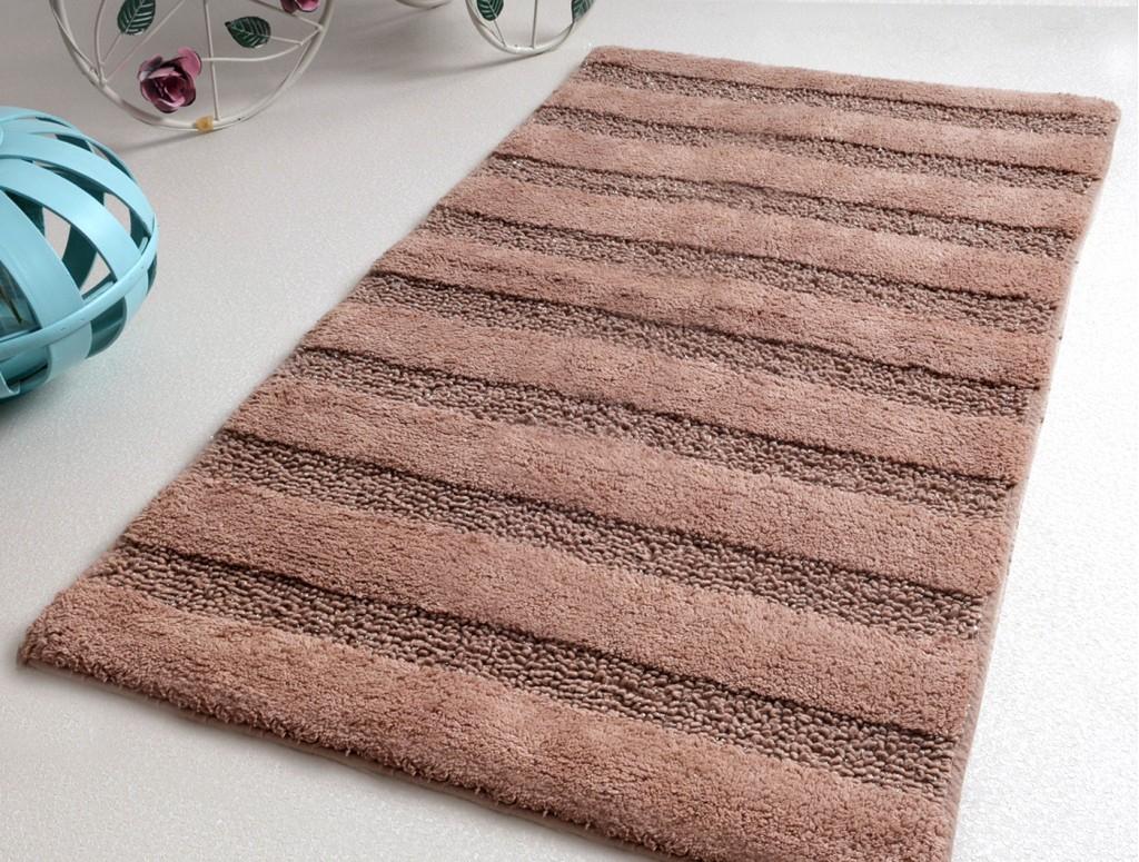 Коричневый коврик для ванной комнаты