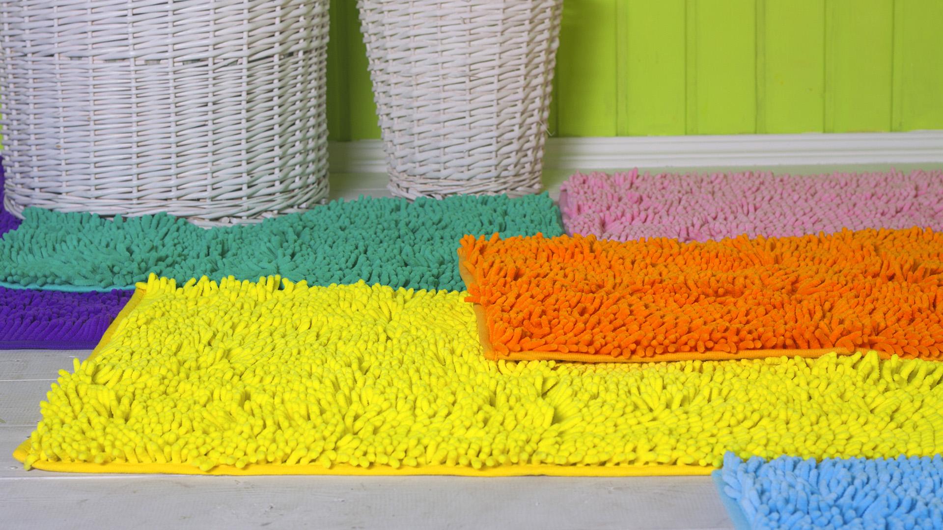 Разноцветные коврики в ванную комнату