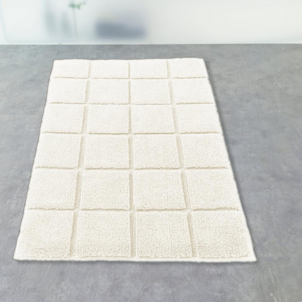 Светло-бежевый коврик в ванной комнате