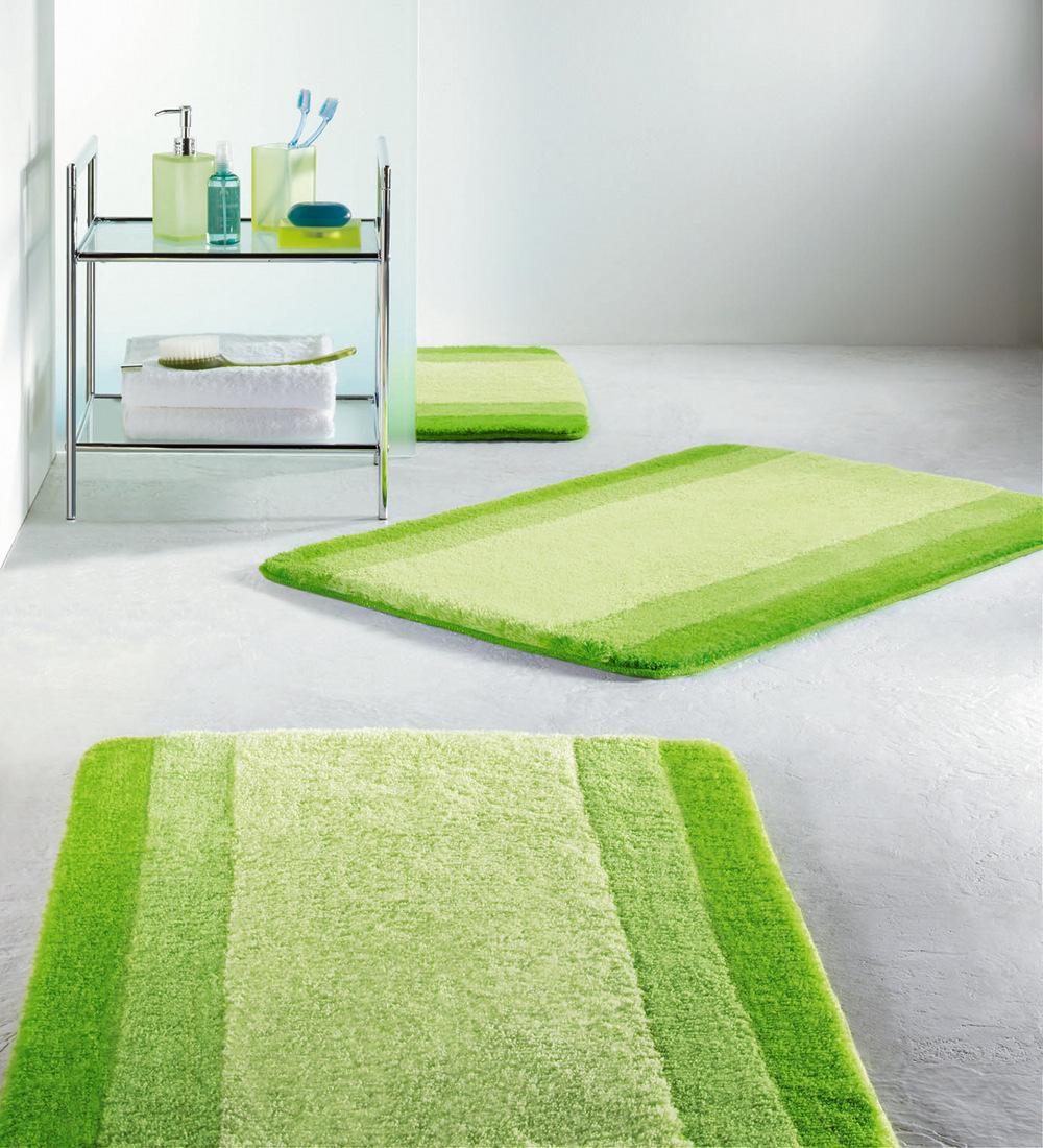 Зеленый коврик в ванной комнате