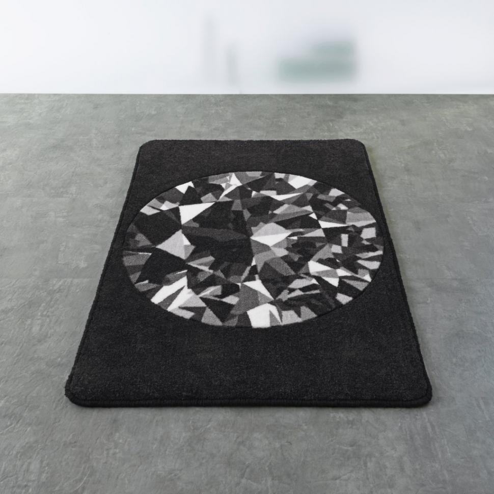 Стильный черный коврик в ванной