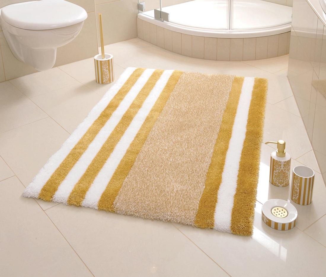 Полосатый коврик в ванной