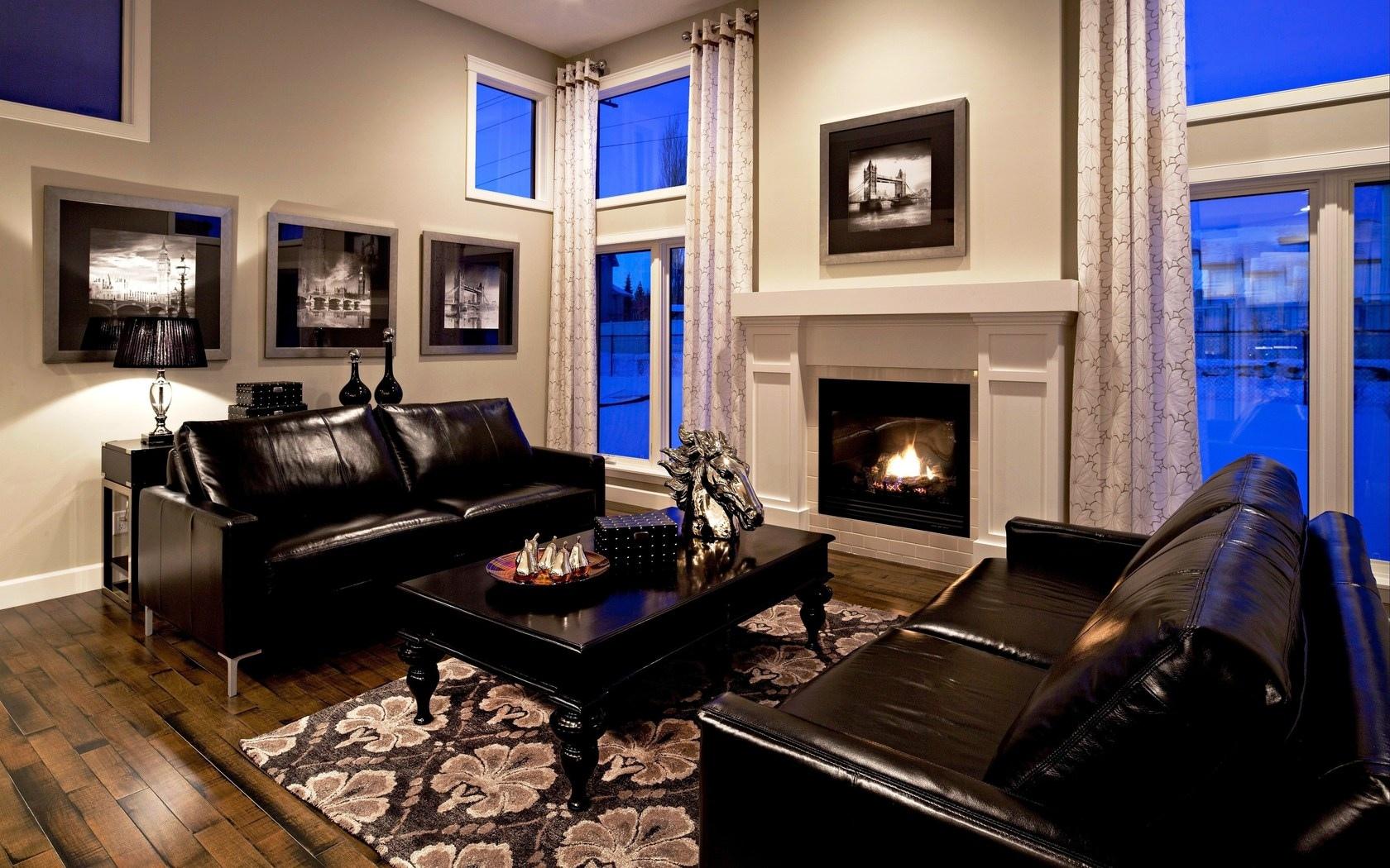 Кожаные черные диваны в гостиной с камином