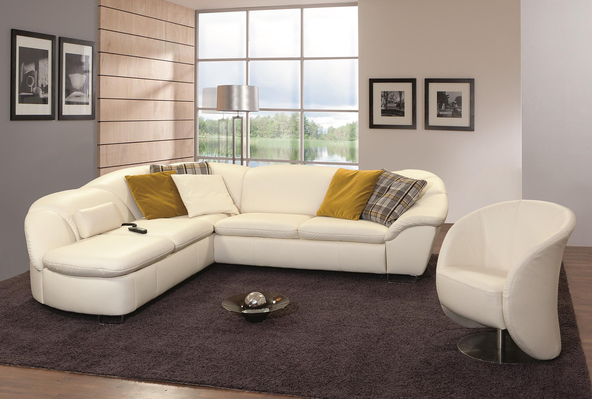 Белый кожаный диван и кресло в дизайне интерьера