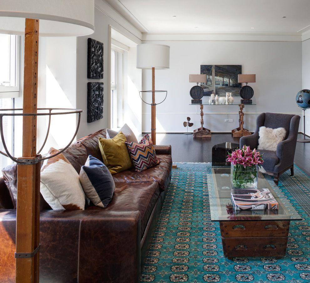Коричневый кожаный диван в гостиной в стиле лофт