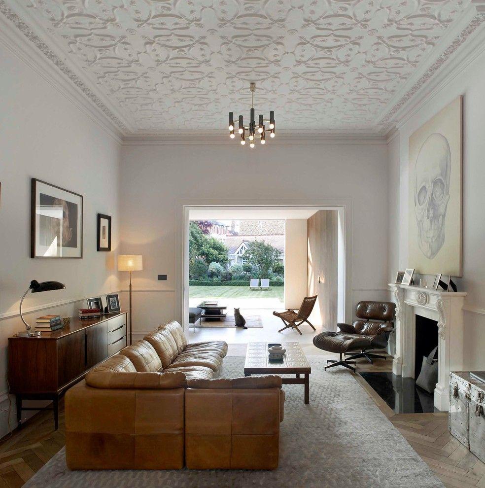 Кожаный модульный диван в гостиной с камином
