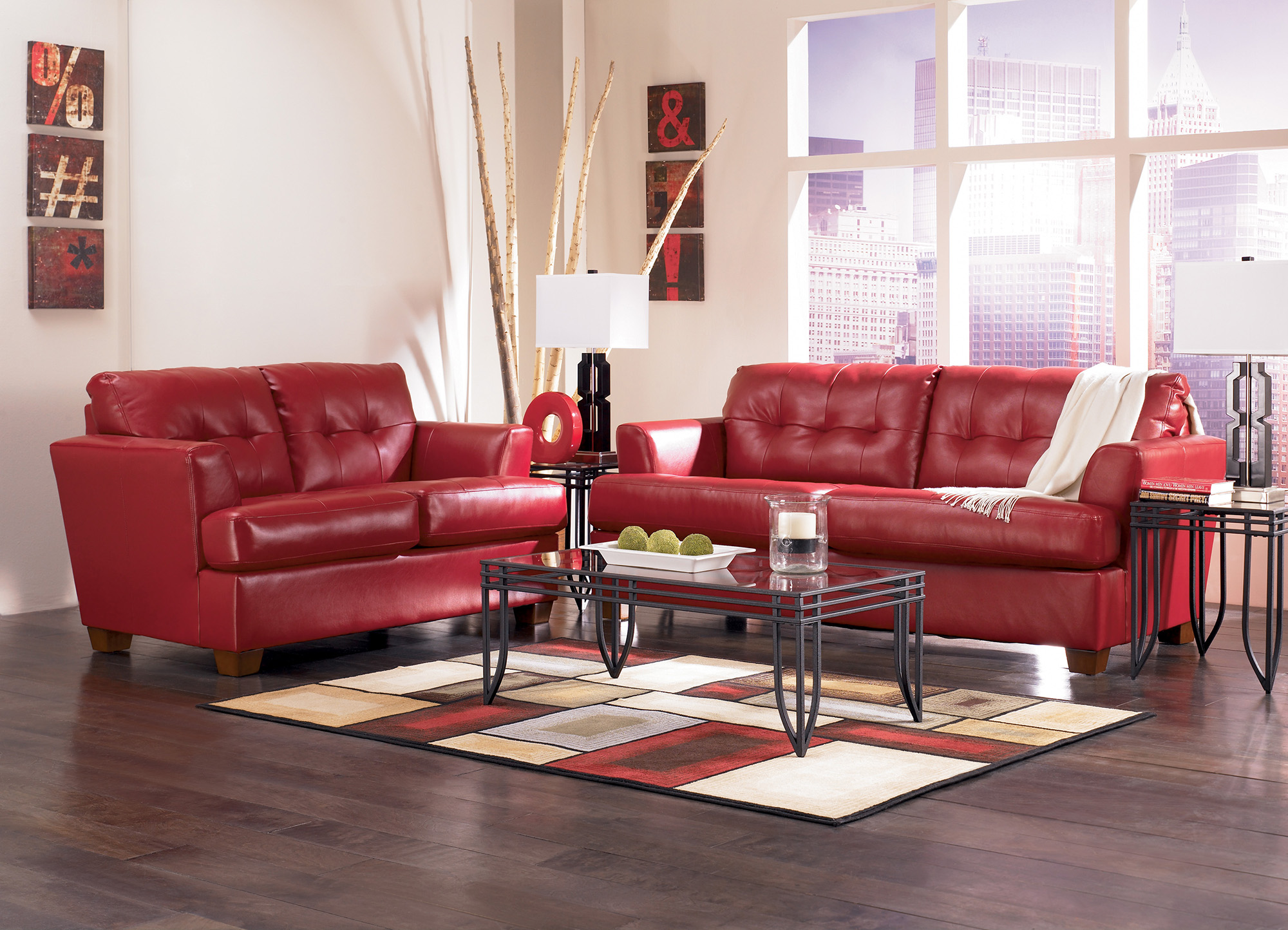 Красные кожаные двухместные диваны в гостиной