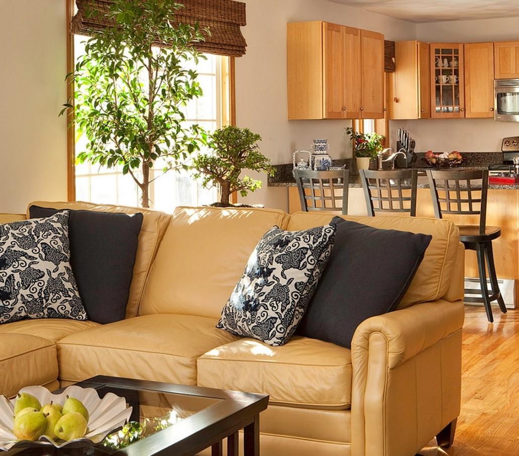 Бежевый кожаный диван в гостиной-кухне