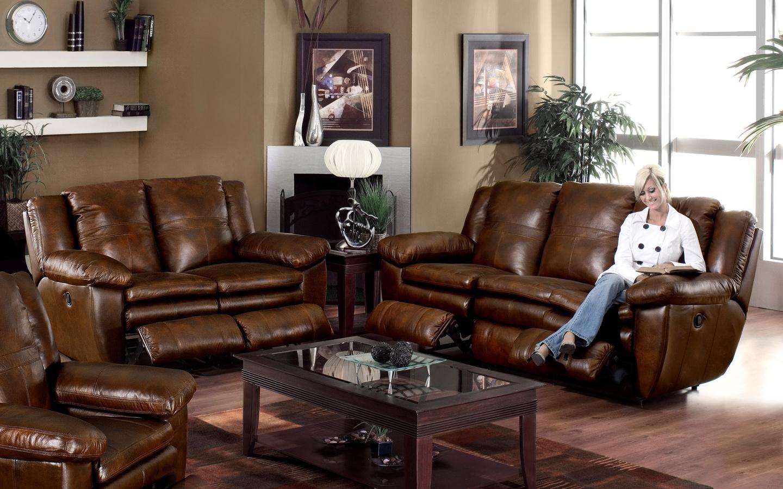 Комплект коричневой кожаной мебели в гостиной