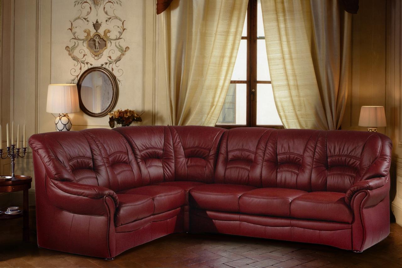 Угловой темно-красный диван в гостиной