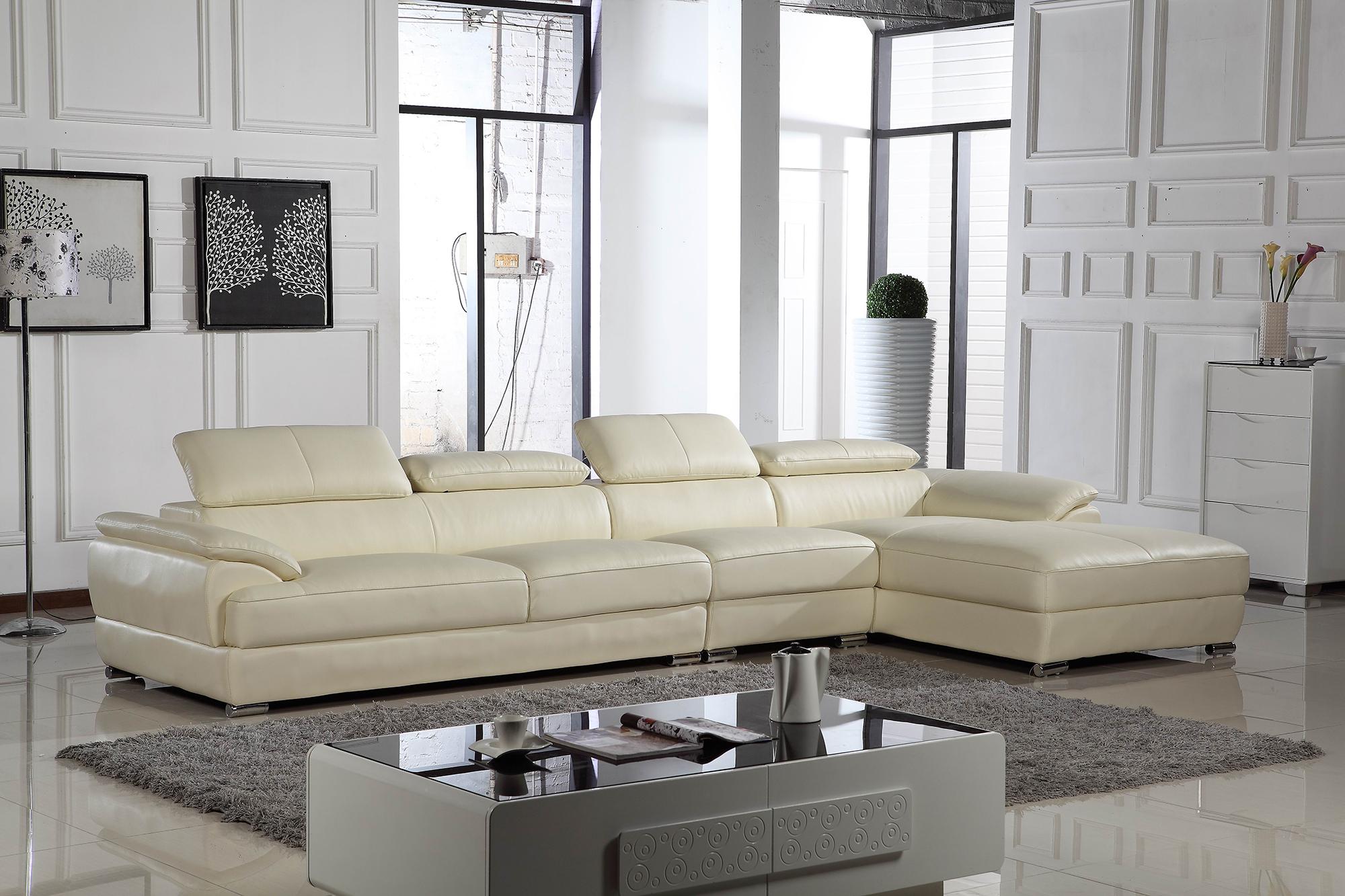Светло-кремовый кожаный диван