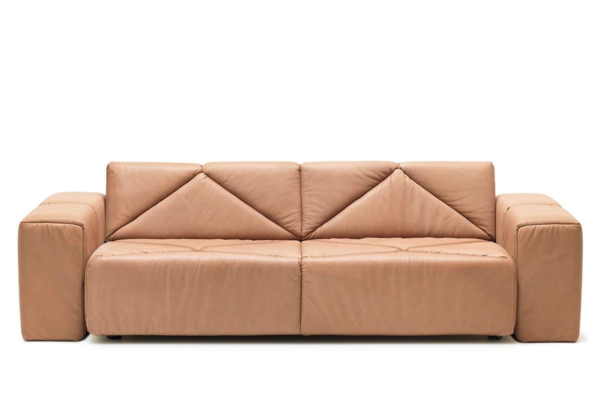 Бежевый большой кожаный диван