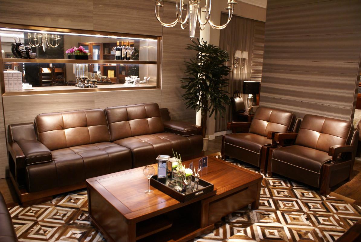 Кожаный диван и кресла в гостиной