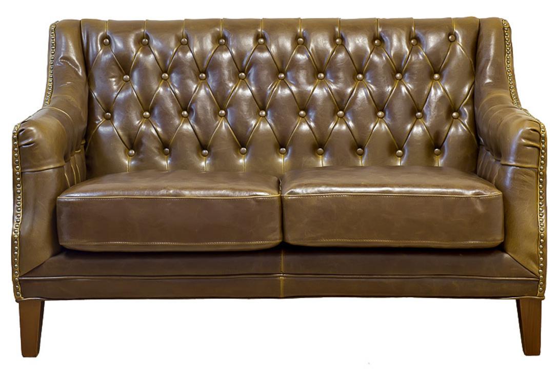 Коричневый кожаный двухместный диван