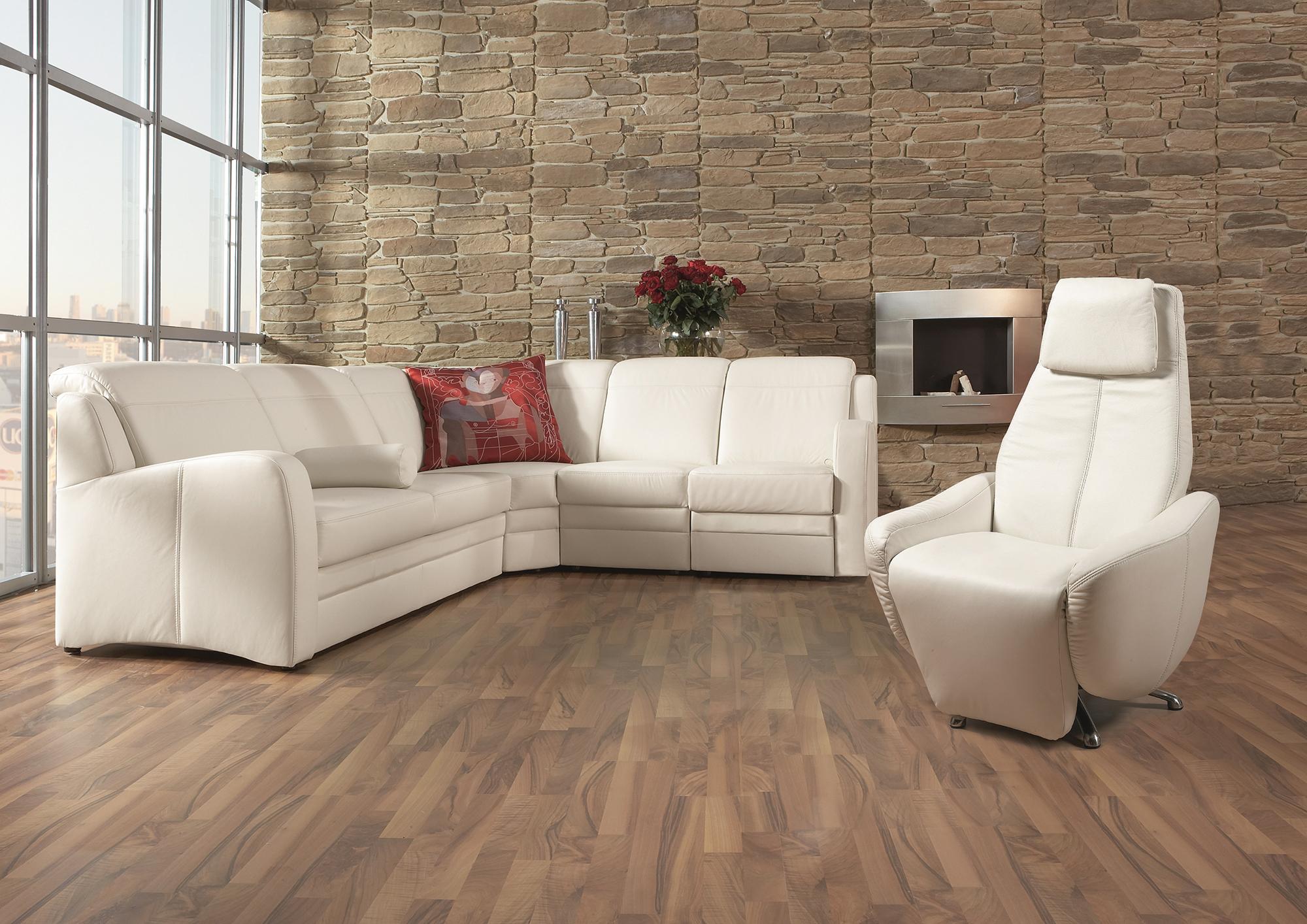 Белый угловой кожаный диван и кресло в гостиной