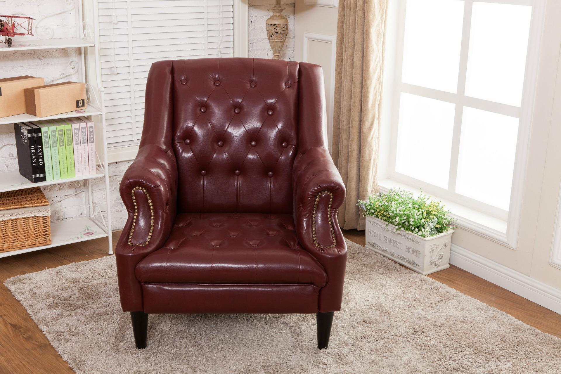 Бордовое кожаное кресло в гостиной