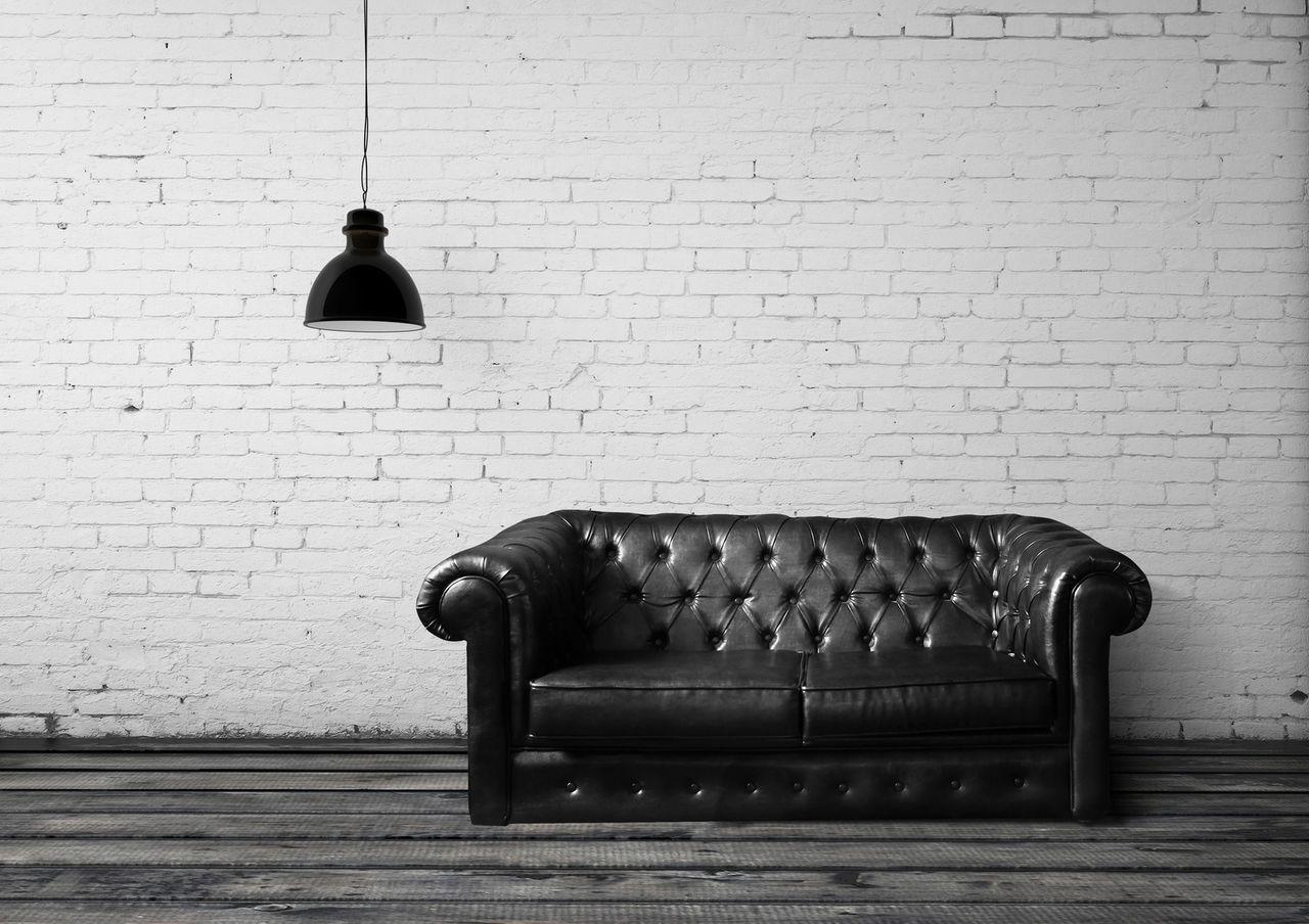 Черный кожаный диван Честер в контрастном интерьере