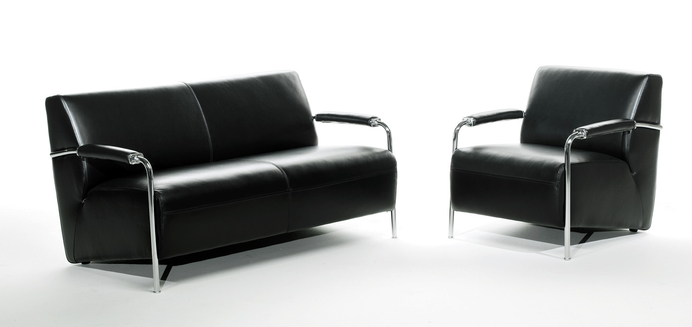 Черный кожаный диван и кресло с металлическими элементами