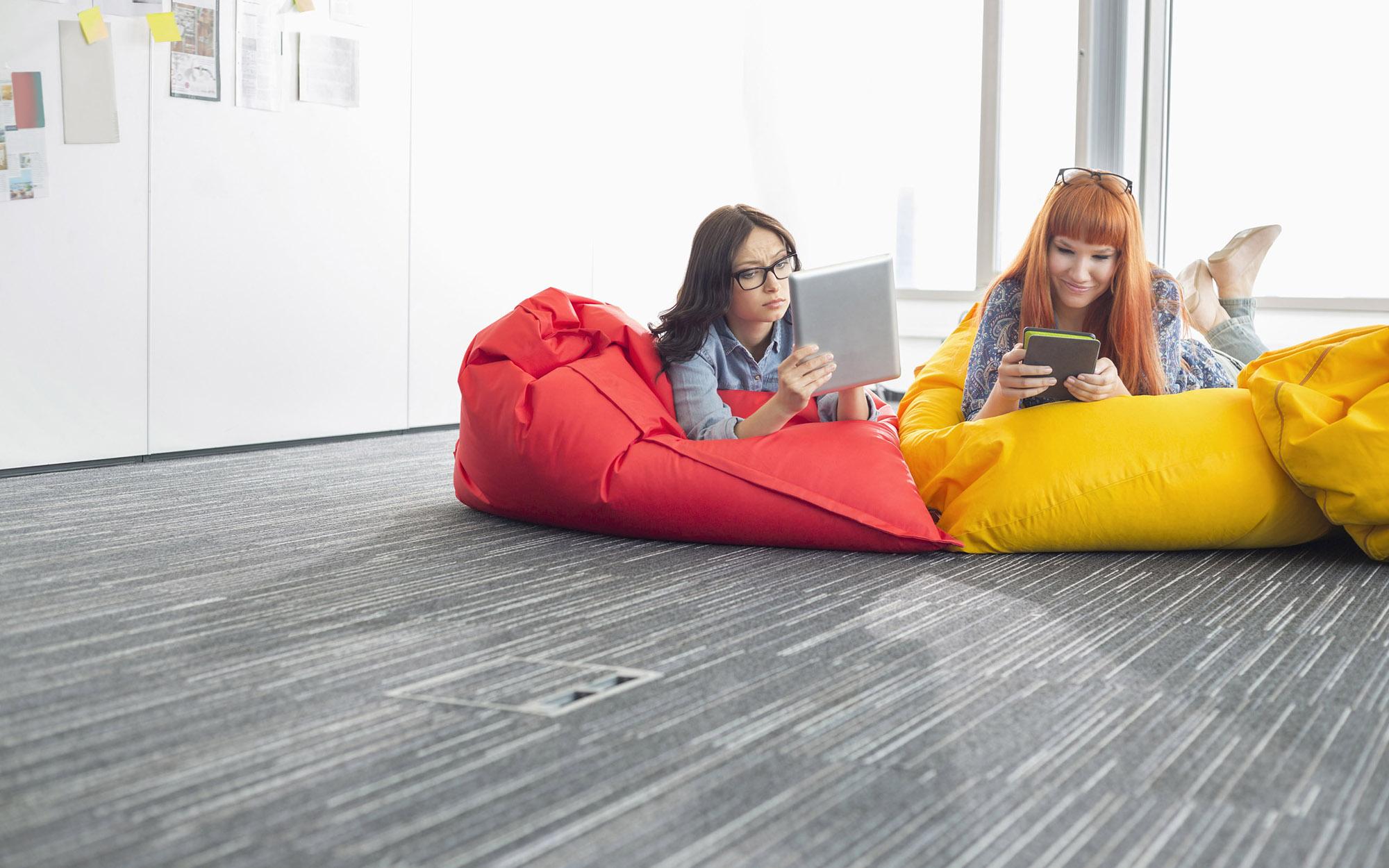 Красное и желтое кресло-мешок в интерьере
