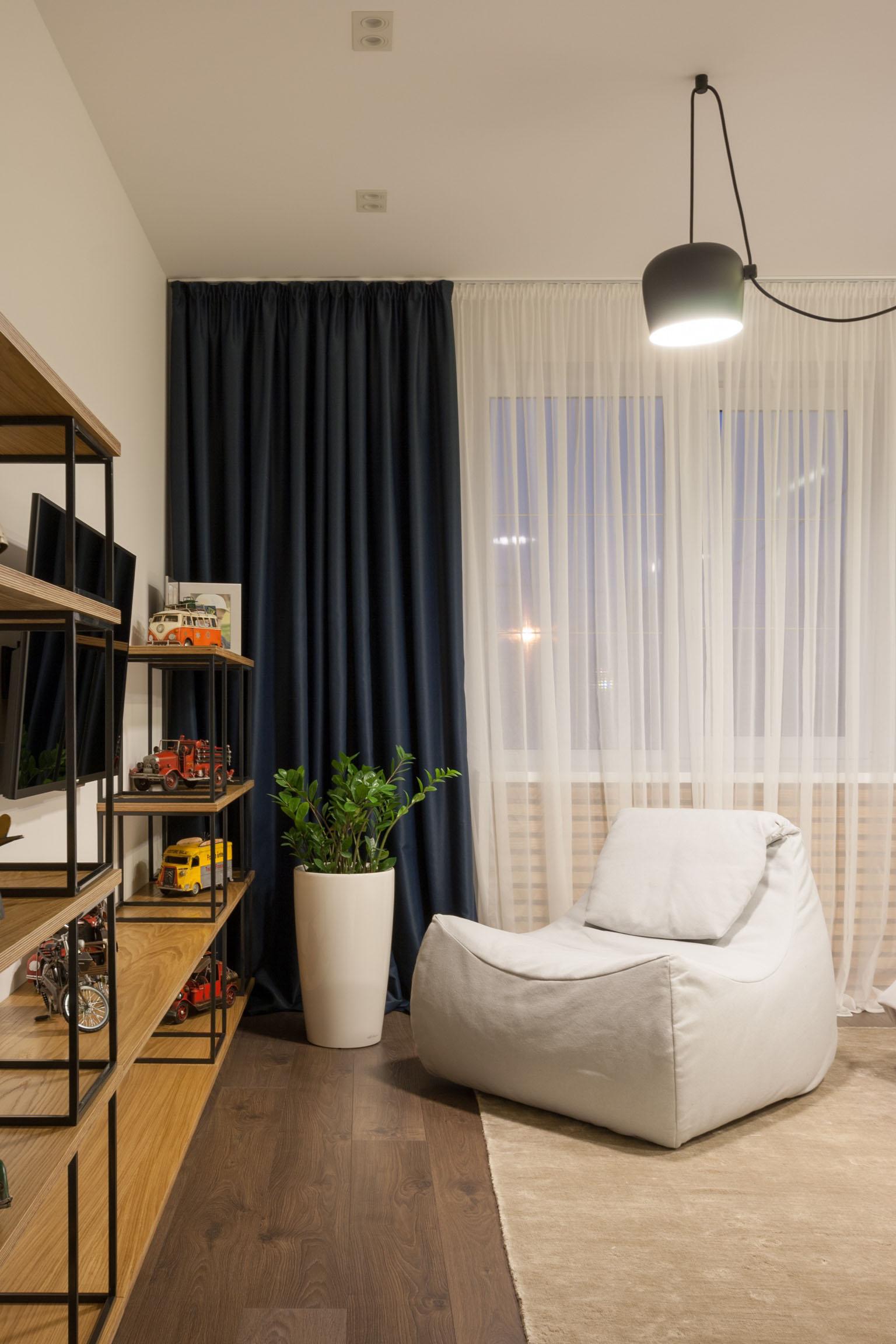 Белое кресло-мешок в гостиной