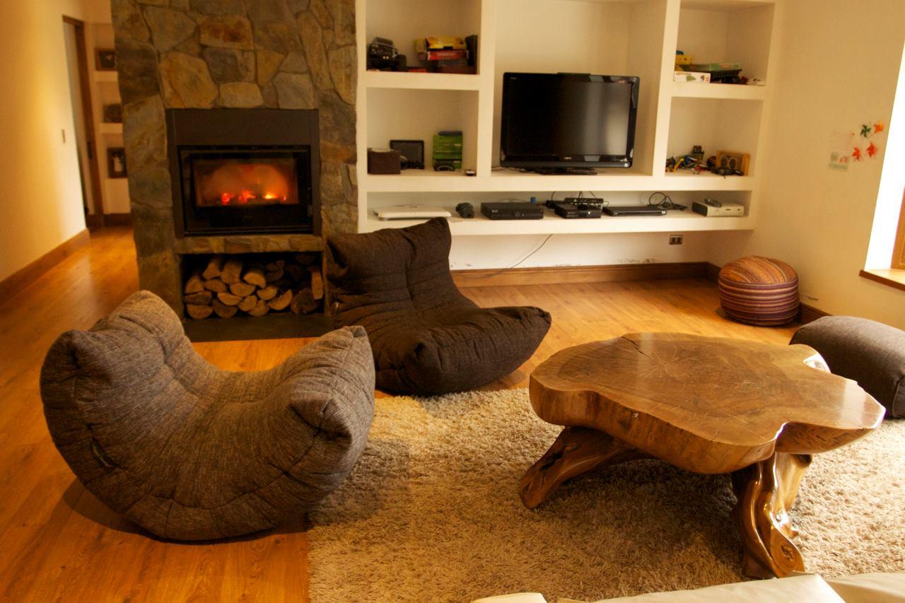 Серое и коричневое бескаркасные кресла