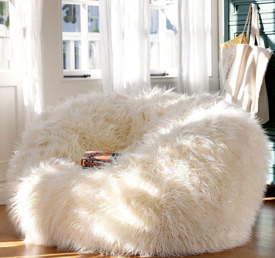 Пушистое белое бескаркасное кресло