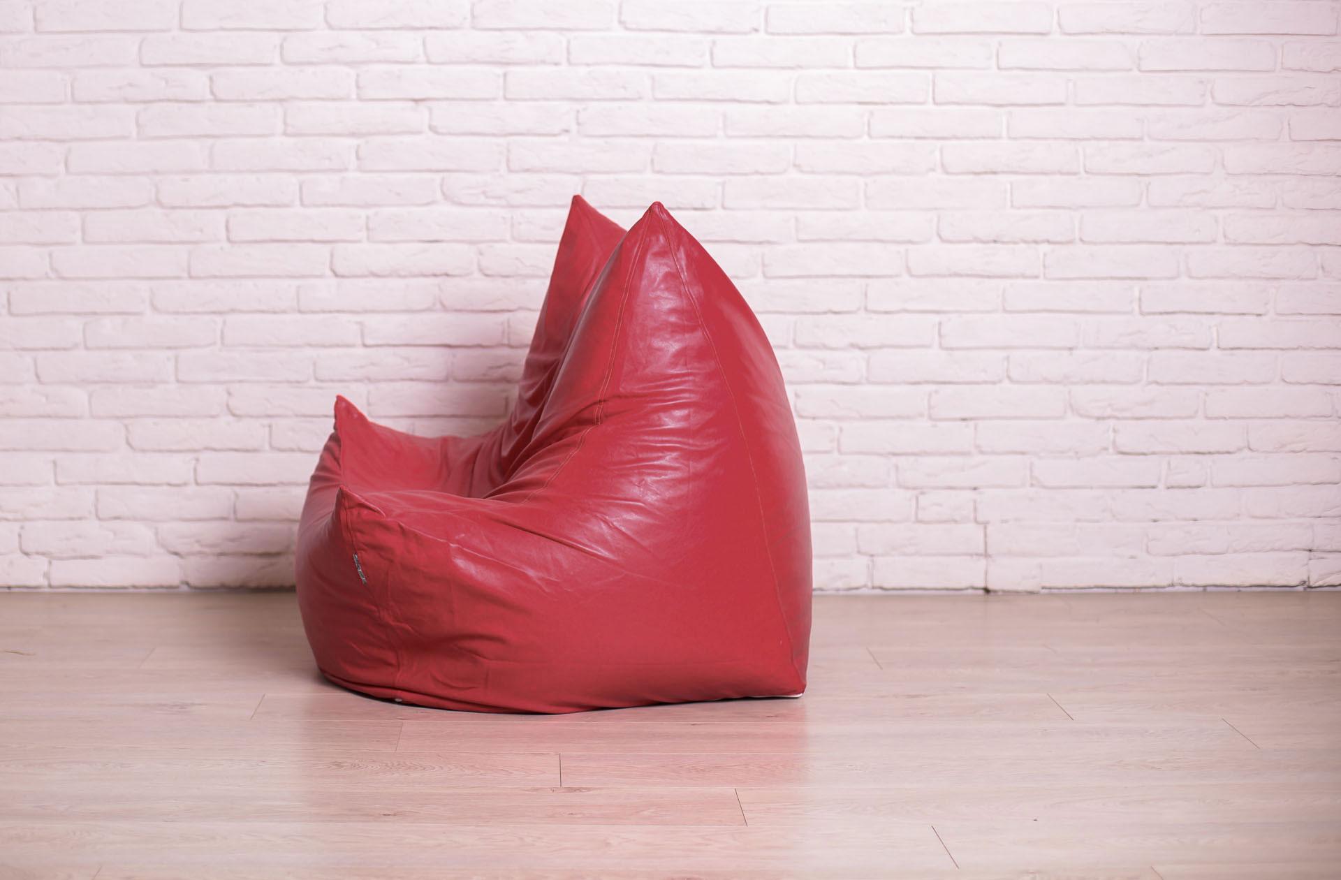 Красное бескаркасное кресло с чехлом из кожзама