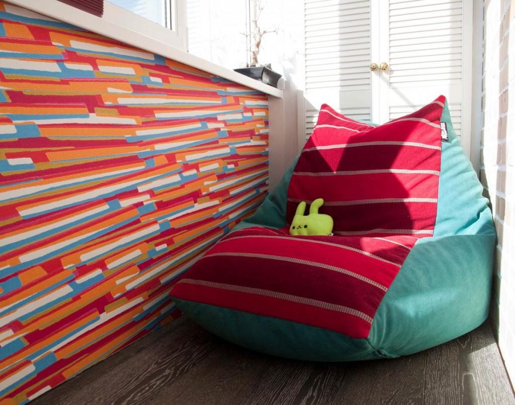 Красно-бирюзовое кресло-мешок на балконе