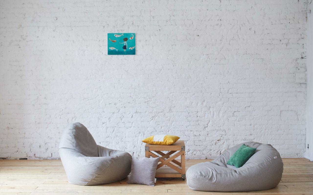 Серые бескаркасные кресла в комнате