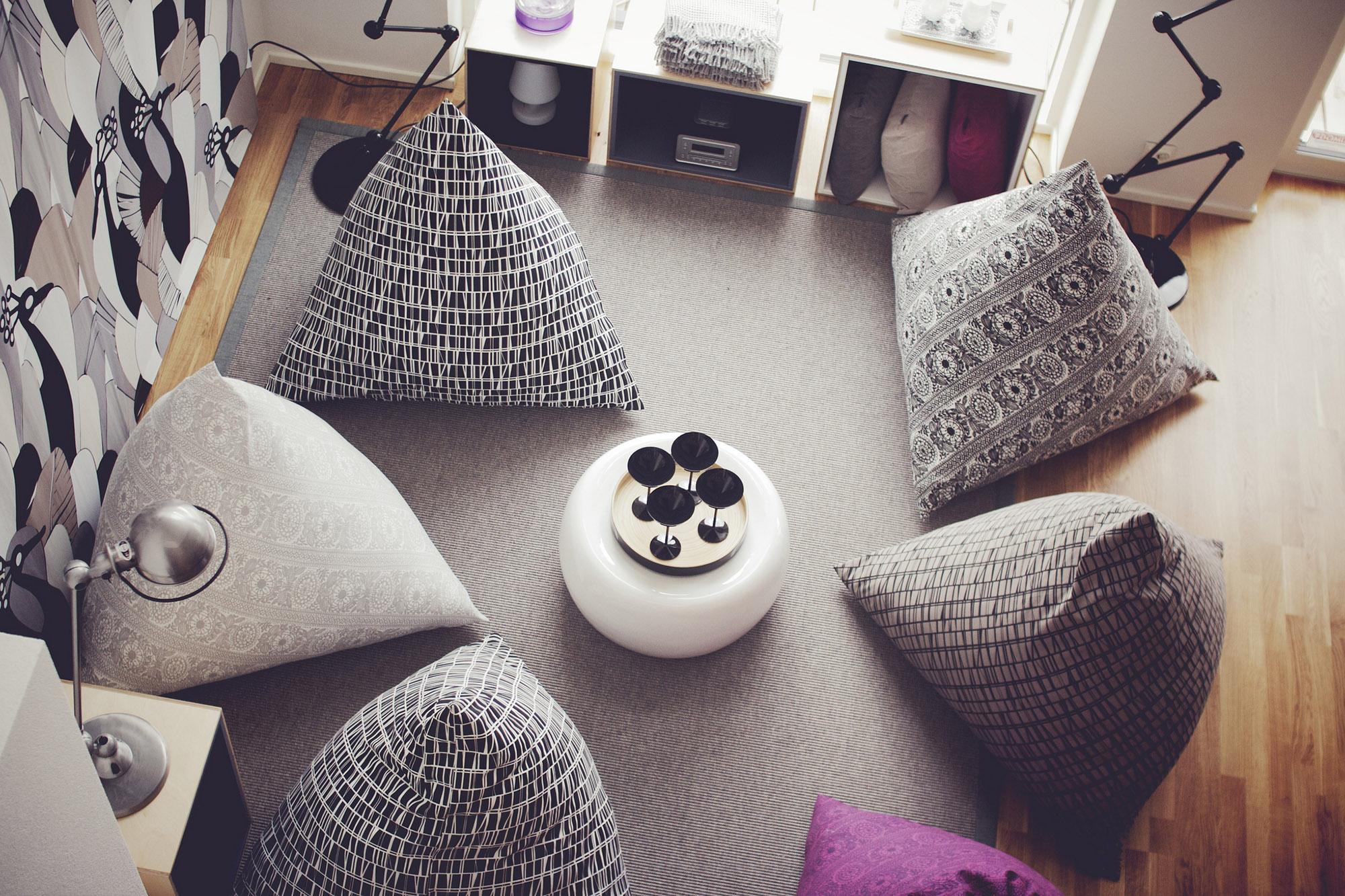 Разноцветные кресла-мешки в гостиной