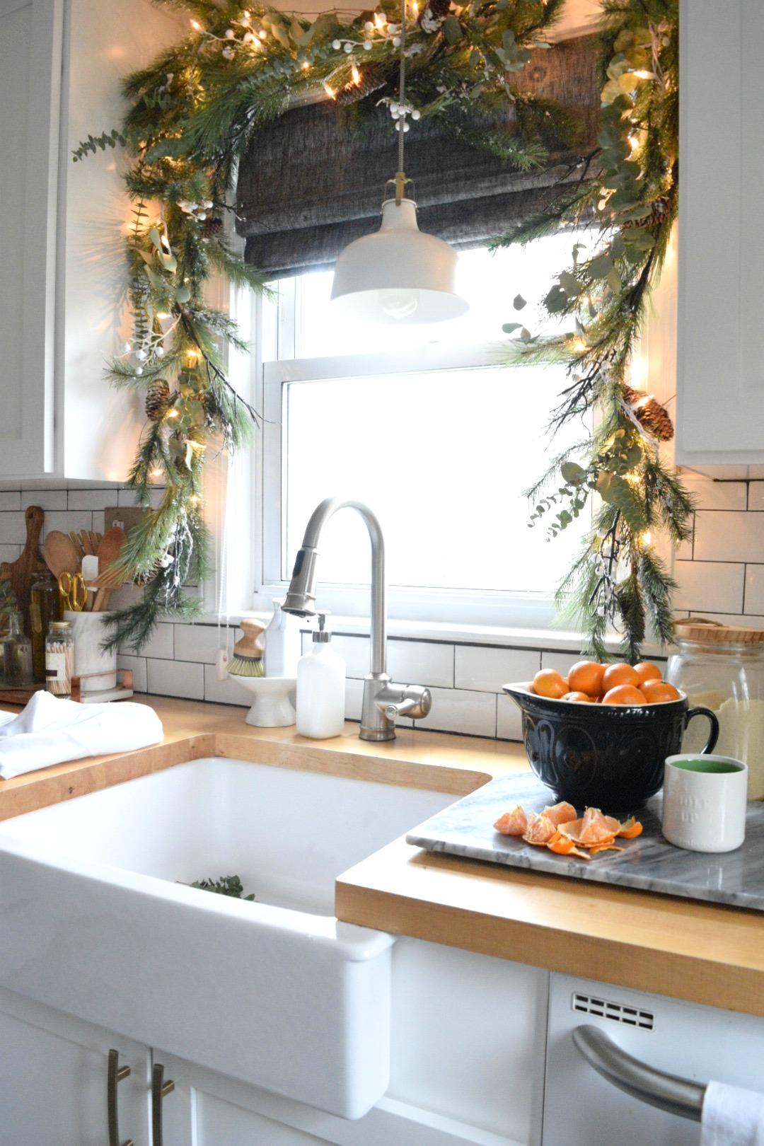 Украшение кухонного окна к новому году