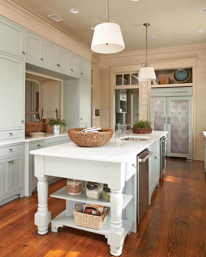 Мятно-бежевая кухня с коричневым полом
