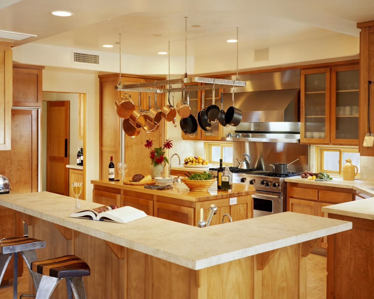 Кухня с островом и барной стойкой