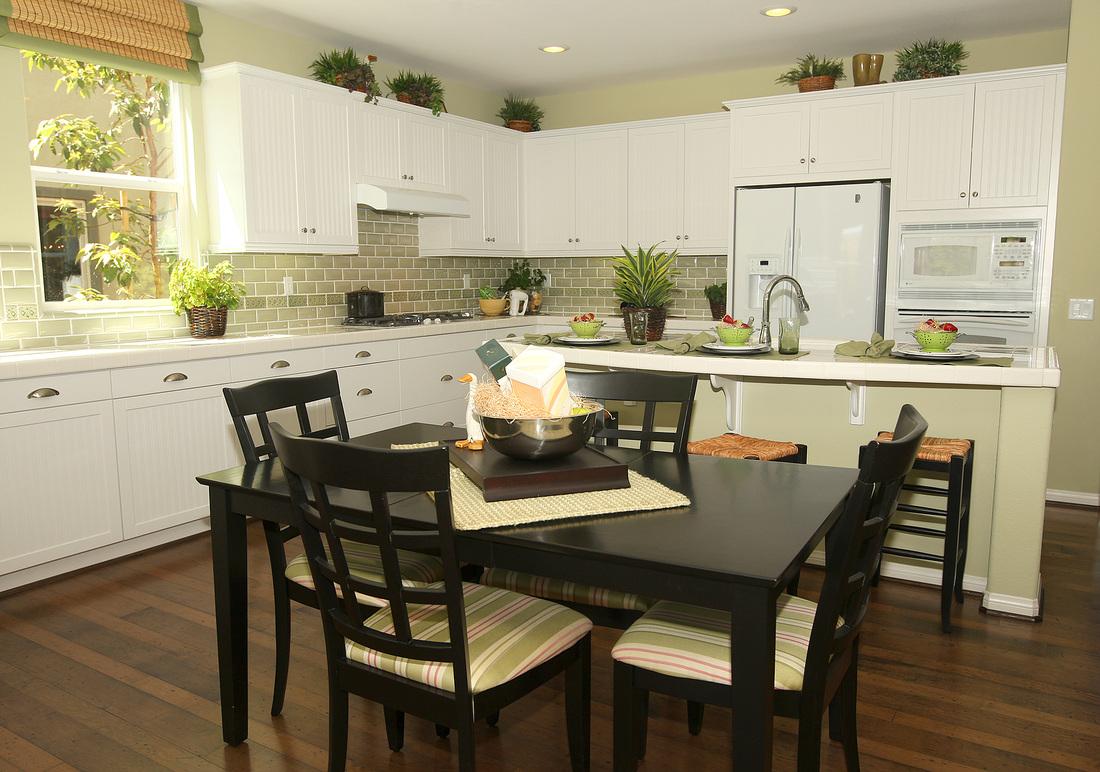 Светлая кухня с черной обеденной мебелью