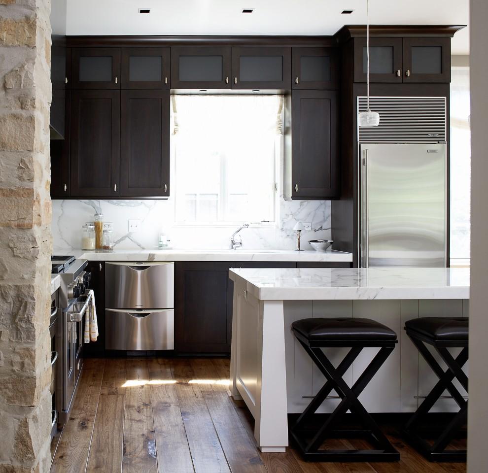 Мебель из дерева, камня и металла в интерьере кухни