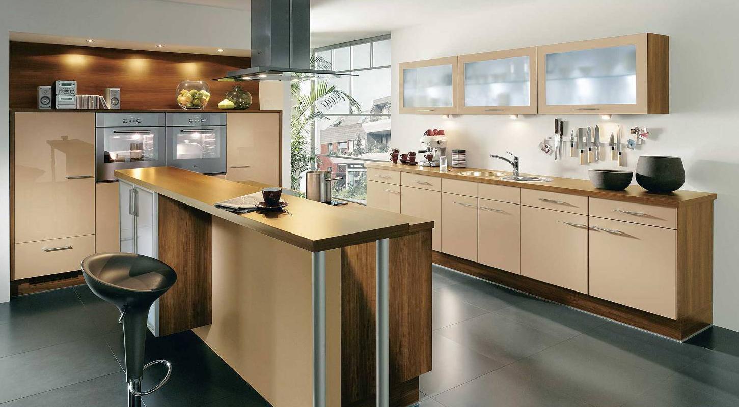 Черный пол в бежево-коричневой кухне