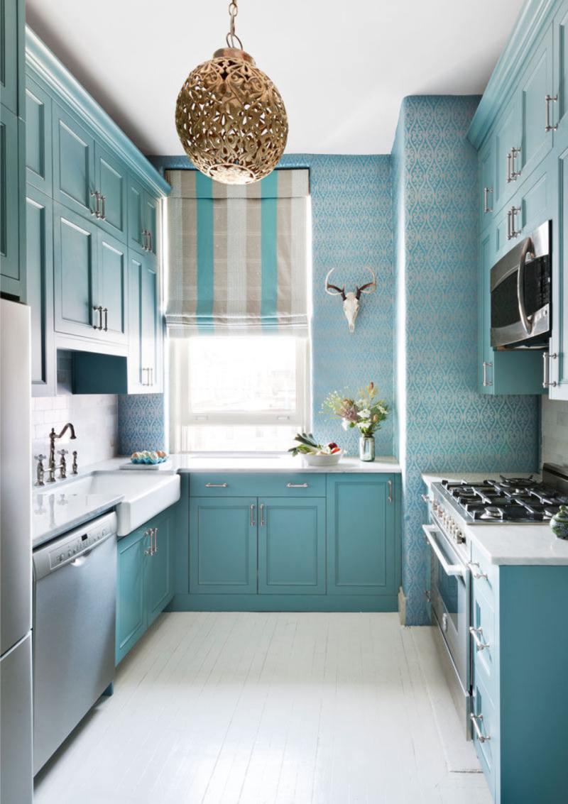 Бело-голубая узкая кухня