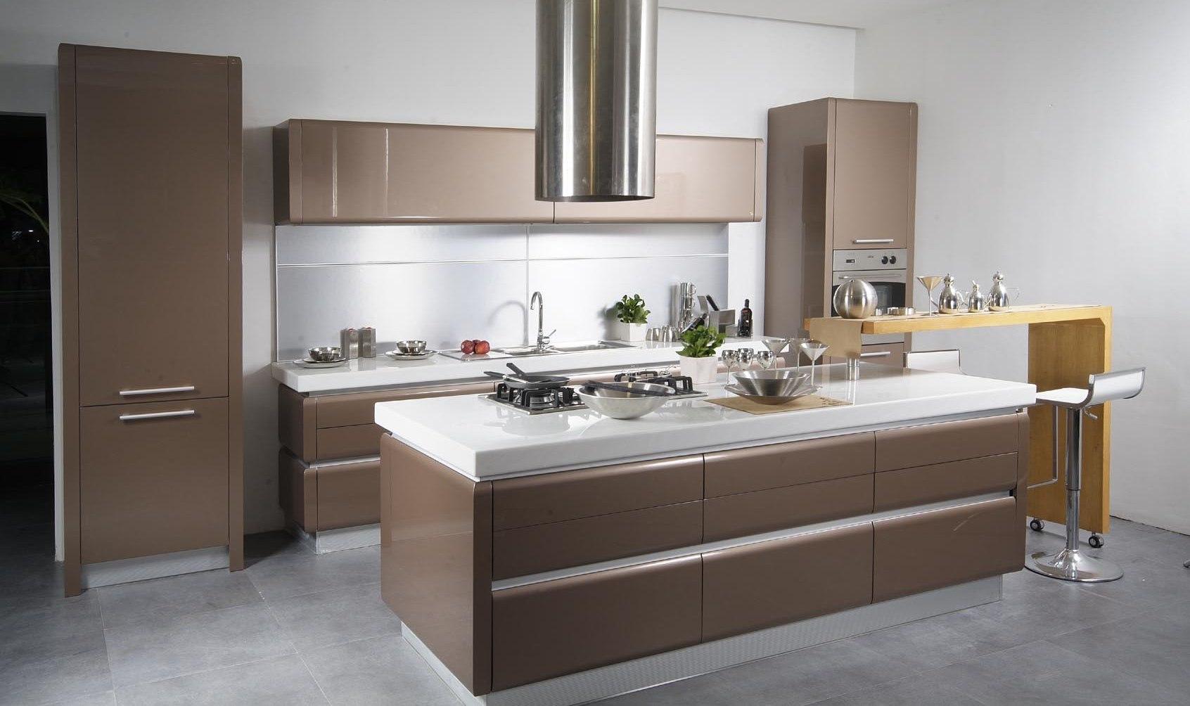 Современный бело-коричневый кухонный гарнитур
