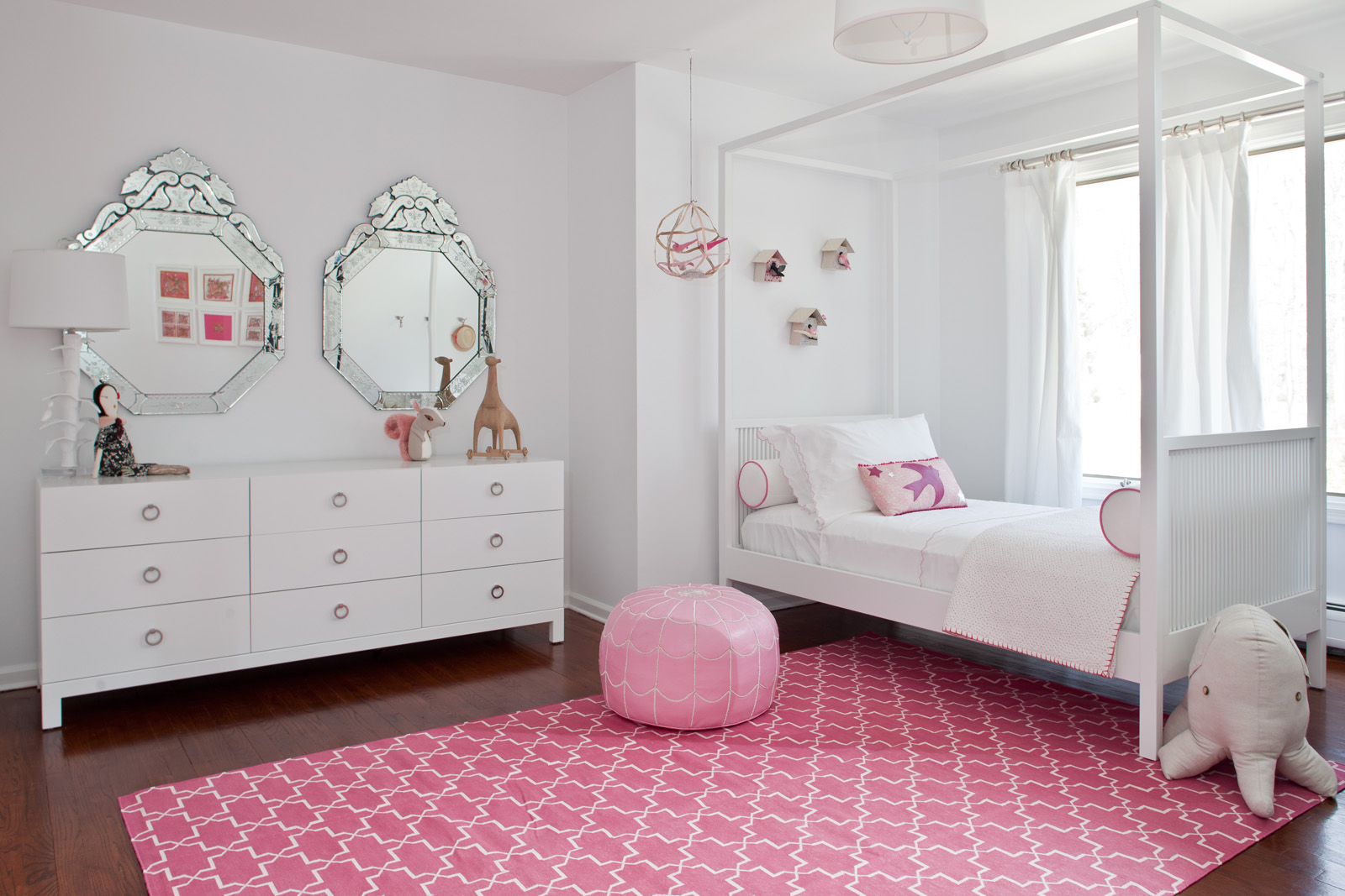 Белая корпусная мебель в комнате девочки подростка