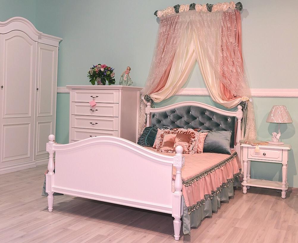 Кровать с балдахином в детской комнате девочки