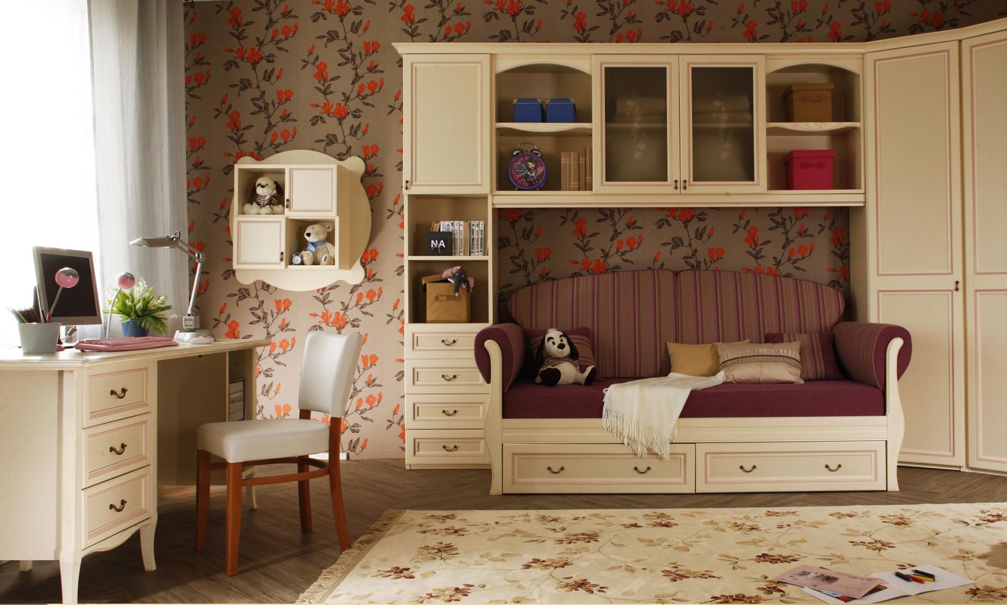 Бежевая мебель в комнате девочки
