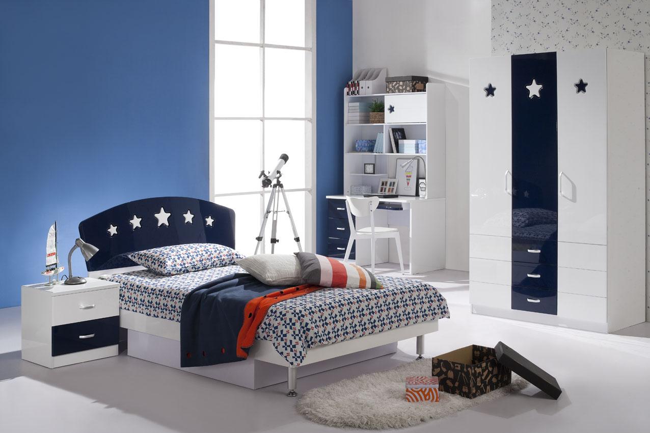 Бело-синяя глянцевая мебель в детской комнате